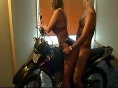 Carioca fodendo com coroa em cima da moto