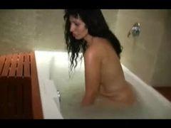 Tomando banho na banheira pra ficar toda cheira pra fazer anal