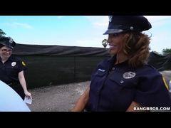 Policiais sensuais dando surra de buceta em mulato
