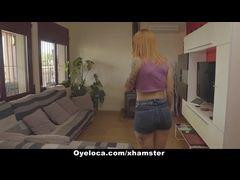 Vizinha maluca espera seu vizinho na casa dele peladinha pronta para trepar