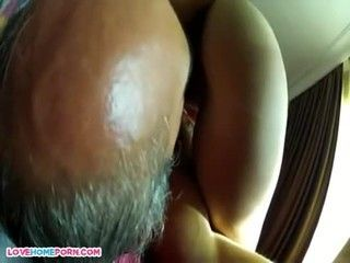 Esposa rabuda mostrando o cuzão enquanto fode