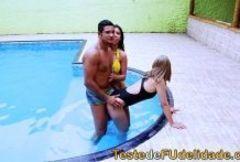 Gostosas fazendo uma festa safada na piscina