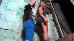 Loira carioca resolve conhecer a favela e cai na piroca do moreno