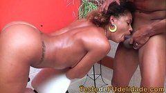Mulata tesudona dando uma surra com seu rabão