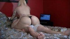 Loira cavalona fazendo sexo amador com o maridão
