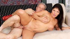 Velho casado comendo prostituta gostosa