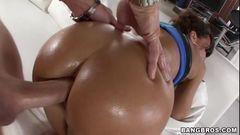 Atriz porno famosa com bunda grande fazendo anal