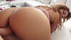 Mostrou a raba grande e pediu um anal
