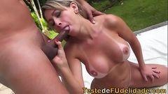 Sexo com peituda brasileira chupando e dando a buceta