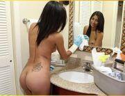 Sexo anal amador com loirinha em quanto ela limpa o banheiro